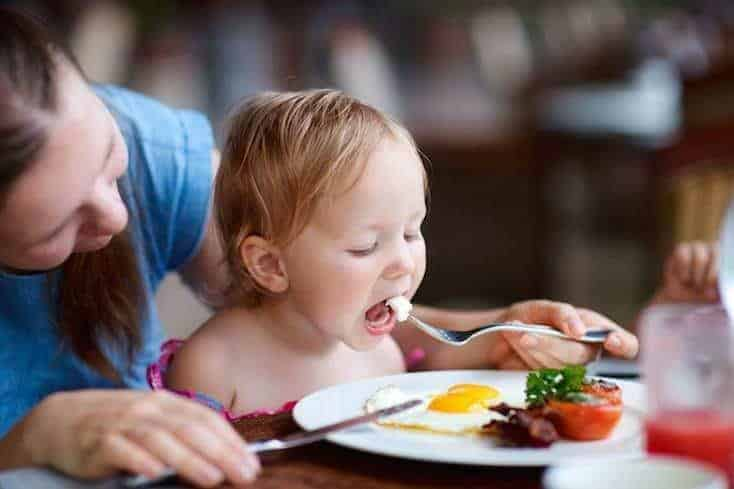 If there was one thing you could do right now to help your child succeed, would you do it? Family meals with your children have been shown to have so many benefits! Find out why, and some resources for how to start having family meals. #familymeals #feedingbabies #parenting