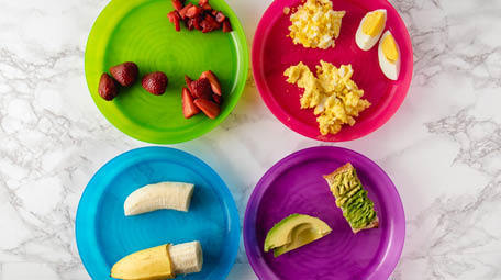 Do you know what the best finger foods for babies are? The right texture and size can be overwhelming to figure out when you are introducing solids. Learn what is safe for your baby in their first foods! #blw #childnutrition